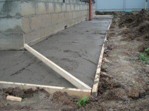 Как сделать бетонную отмостку